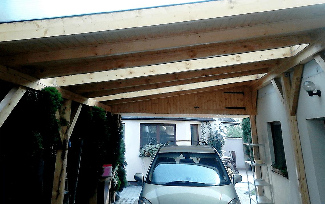 Drevený automobilový prístrešok